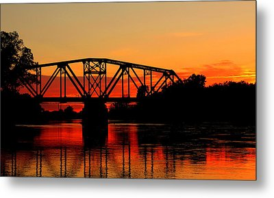 Sunset Over The Taylor Bridge Metal Print by Larry Trupp