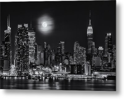 Super Moon Over Nyc Bw Metal Print by Susan Candelario