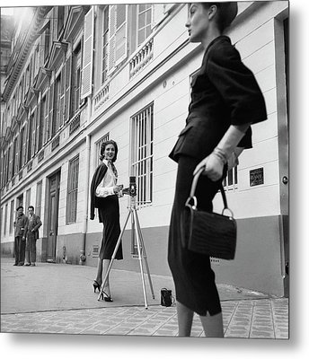 Suzy Parker Photographing A Model In Front Metal Print