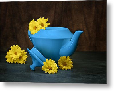 Tea Kettle With Daisies Still Life Metal Print by Tom Mc Nemar