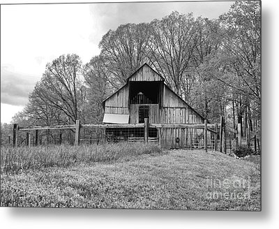 Tennessee Barn Bw Metal Print by Chuck Kuhn