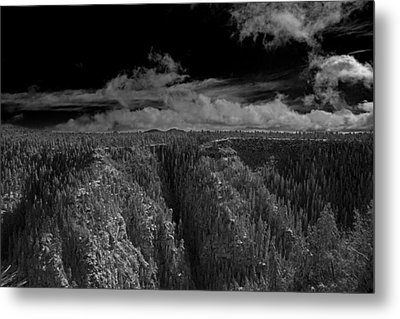 Metal Print featuring the photograph The Rim by Tom Kelly
