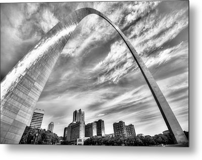 The Saint Louis Arch And City Skyline In Black And White Metal Print