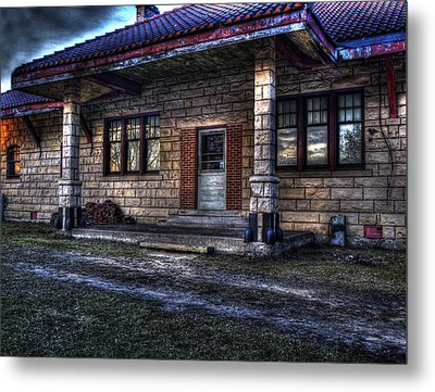 Metal Print featuring the photograph Train Stop by Thomas Young