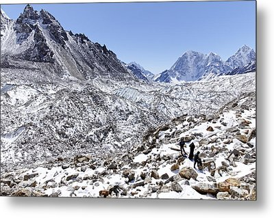 Trekkers En Route To Everest Base Camp In The Everest Region Of Nepal Metal Print by Robert Preston
