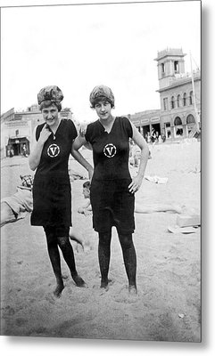 Two Girls At Venice Beach Metal Print by Underwood Archives