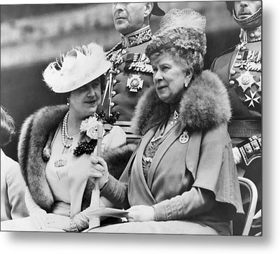 Two Queens Chatting Metal Print by Underwood Archives