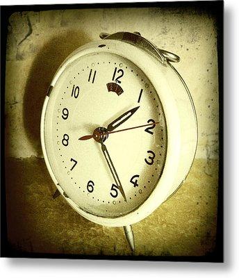 Vintage Clock Metal Print by Les Cunliffe