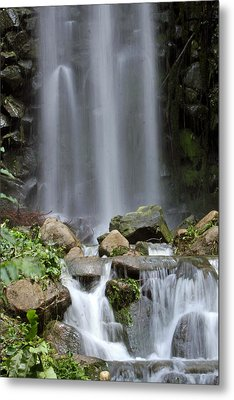 Metal Print featuring the photograph Waterfall In Singapore by Shoal Hollingsworth