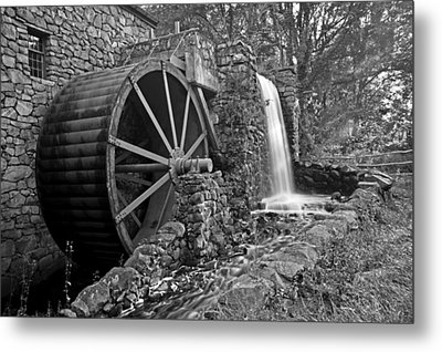 Wayside Inn Grist Mill Black And White Metal Print by Toby McGuire