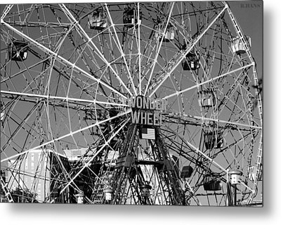 Wonder Wheel Of Coney Island In Black And White Metal Print