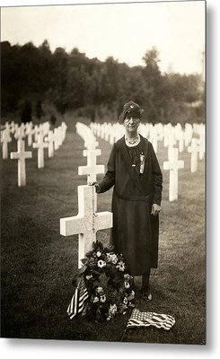 Wwi American Mother At Her Son's Grave Metal Print by Historic Image