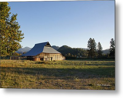 Barn In The Applegate Metal Print by Mick Anderson