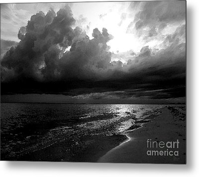 Beach In Black And White Metal Print by Jeff Breiman