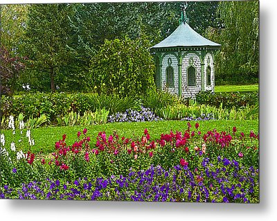 Metal Print featuring the photograph Beautiful Garden by Cindy Haggerty