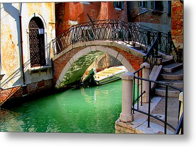 Bridge In Venice Metal Print by Barbara Walsh