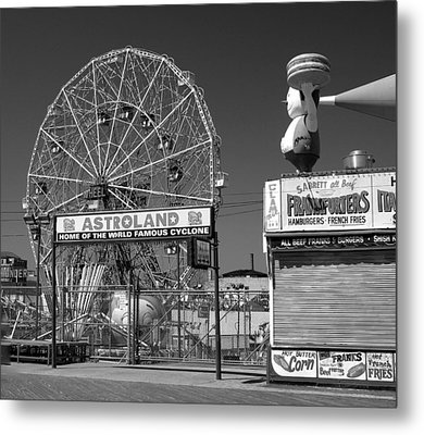 Coney Island Ny Metal Print by Raymond Earley