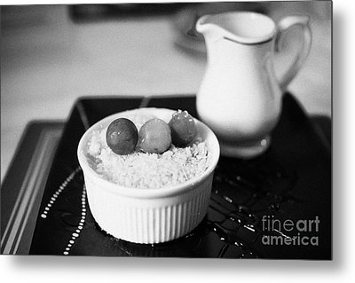 Home Made Apple Crumble Dessert With Grapes Served In A Gastro Pub Scotland Uk Metal Print by Joe Fox