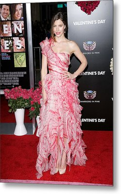 Jessica Biel Wearing An Oscar De La Metal Print by Everett