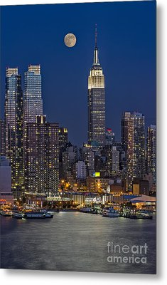 Moonrise Along The Empire State Building Metal Print by Susan Candelario