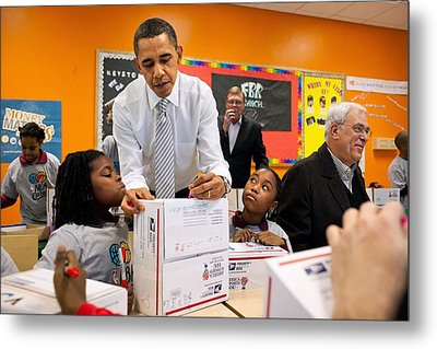 President Obama Flanked By Two Little Metal Print by Everett