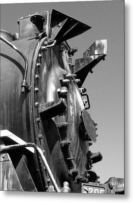 Steme Engine Front Black And White Metal Print by Darleen Stry