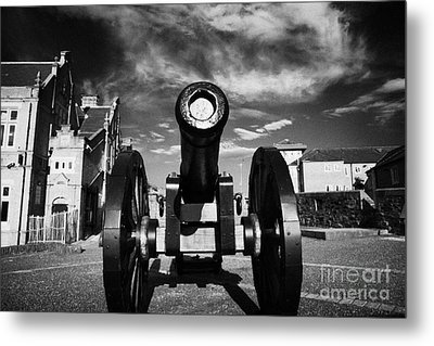 The Famous Roaring Meg Cannon On The Mall Wall And Double Bastion Section Of Derrys Walls Metal Print by Joe Fox