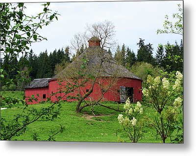 Spring At The Round Barn Metal Print