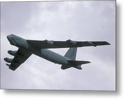 Boeing B-52g Stratofortress 59-2565 93rd Bomb Wing Castle Afb September 17 1992 Metal Print by Brian Lockett