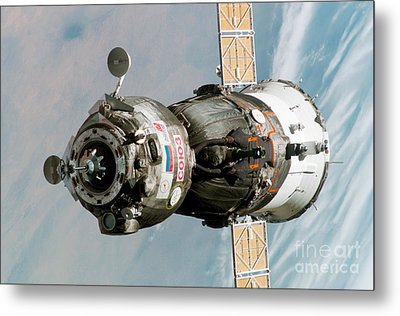 Iss Expedition 11 Crew Arriving Metal Print