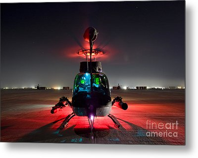 Oh-58d Kiowa Pilots Run Metal Print by Terry Moore