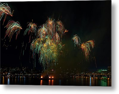 4th Of July Fireworks From The Barge Portland Oregon Metal Print by David Gn