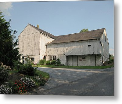 Amish Barn Metal Print by Gordon Beck