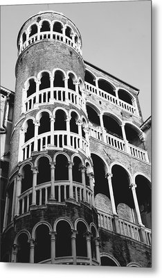 Bovolo Staircase In Venice Black And White Metal Print by Michael Henderson