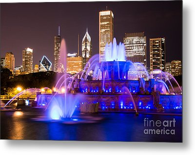 Buckingham Fountain At Night With Chicago Skyline Metal Print by Paul Velgos