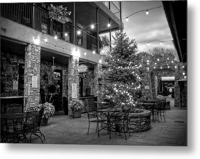 Courtyard In Blue Ridge In Black And White Metal Print by Greg Mimbs
