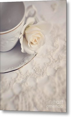 Cream Rose On White China Cup Metal Print by Lyn Randle