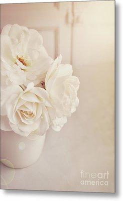 Cream Roses In Vase Metal Print