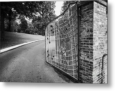 Gate And Driveway Of Graceland Elvis Presleys Mansion Home In Memphis Tennessee Usa Metal Print by Joe Fox