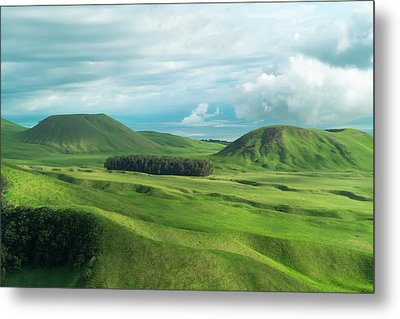 Green Hills On The Big Island Of Hawaii Metal Print by Larry Marshall