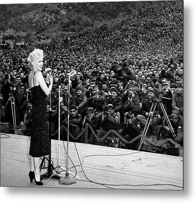 Marilyn Monroe Entertaining The Troops In Korea Metal Print