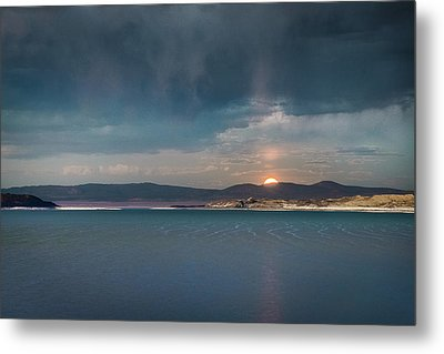Metal Print featuring the photograph Moonrise At Mono Lake by Alexander Kunz