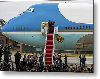 Mr And Mrs Obama Waving Goodbye After Leaving Office Metal Print