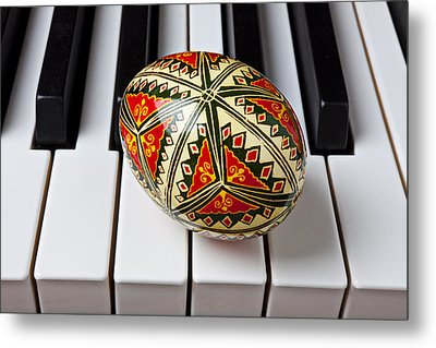 Painted Easter Egg On Piano Keys Metal Print by Garry Gay