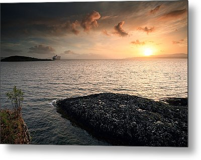 Queen Mary 2 Sunset Oban Metal Print by Grant Glendinning