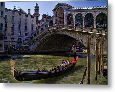 Rialto Bridge In Venice Italy Metal Print by David Smith
