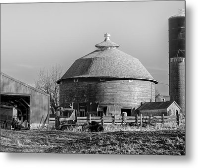Round Barn Metal Print by Dan Traun