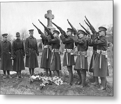 Salute To Wwi Soldier Metal Print by Underwood Archives