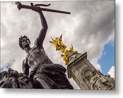 Statues In Front Of Buckingham Palace Metal Print