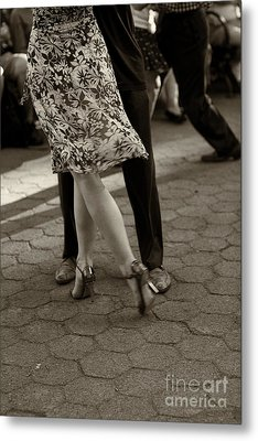 Tango In The Park Metal Print by Leslie Leda